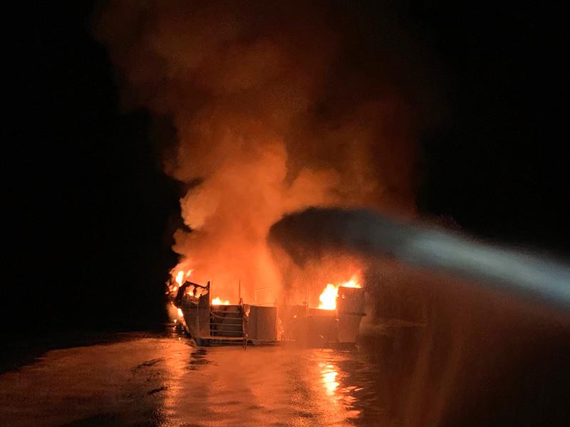 "На яхте в 20 метрах от берега острова Санта-Круз произошел пожар: несколько десятков погибших и пропавших без вести (ФОТО, ВИДЕО)"" />"