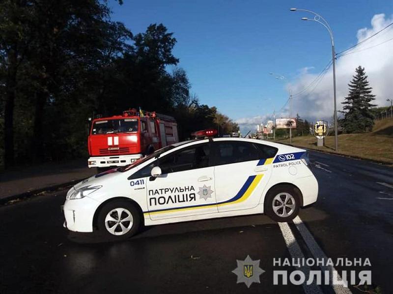 В украинской столице полицейские проводят операцию по задержанию вооруженного мужчины, который открыл стрельбу и пригрозил взорвать мост через Днепр