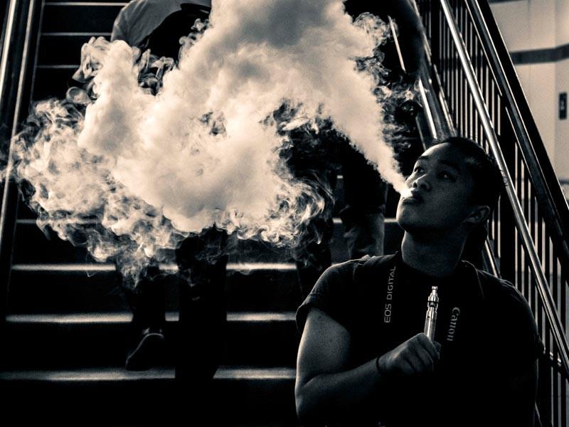 На фото: облако пара во время курения электронной сигареты