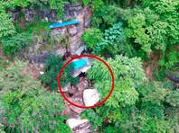 Бежавший 17 лет назад из тюрьмы в Китае 63-летний преступник был обнаружен с помощью современных технологий в крошечной пещере, где жил все это время, скрываясь от правосудия