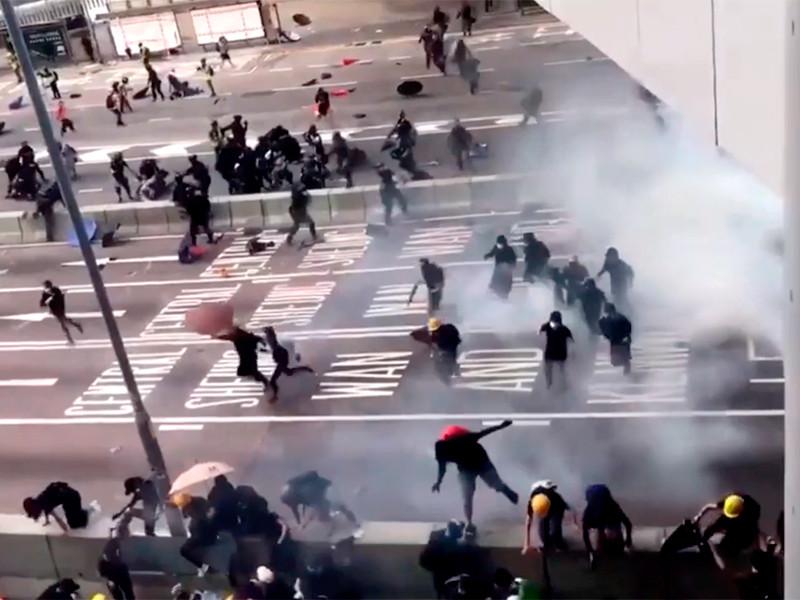 Полиция снова применила водометы и слезоточивый газ для разгона демонстрантов в Гонконге
