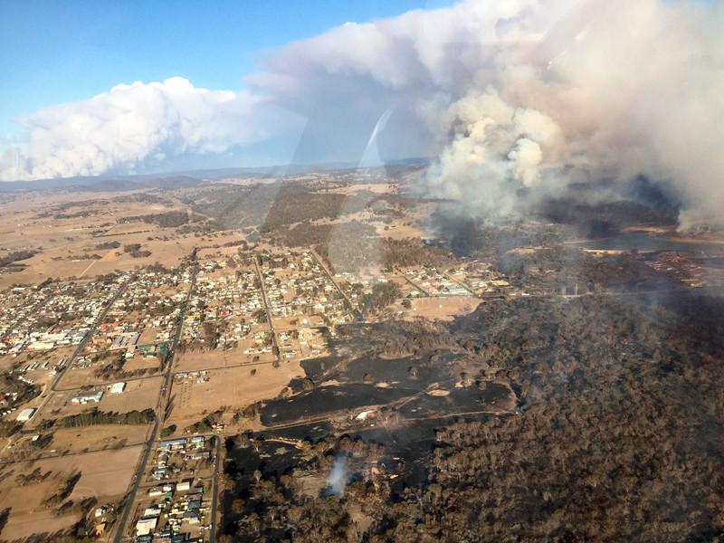 На востоке Австралии нехарактерные для этого времени года природные пожары угрожают населенным пунктам