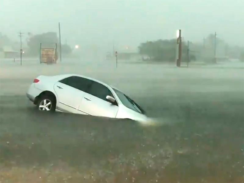 """Тропическая депрессия """"Имельда"""" погружает под воду населенные пункты в Техасе (ФОТО, ВИДЕО)"""" />"""