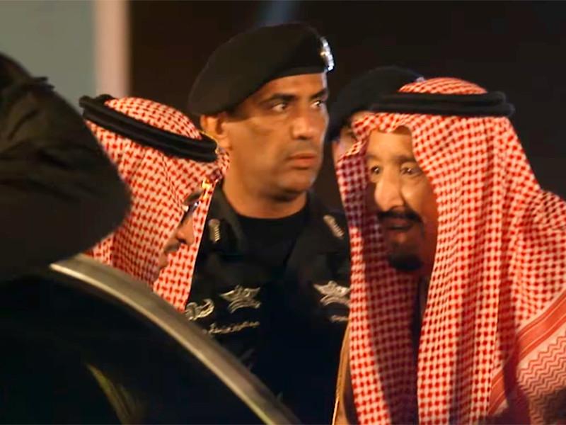 Личный телохранитель короля Саудовской Аравии Сальмана бен Абдель Азиза Аль Сауда бригадный генерал Абдель Азиз аль-Фагм(на фото - в центре) погиб в городе Джидда в результате огнестрельного ранения