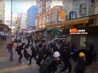 Агрессивно настроенные активисты возводили баррикады, кидали в стражей порядка камни и бутылки с зажигательной смесью, устраивали погромы