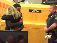 Суд Далласа со слезами на глазах приговорил к 10 годам полицейскую, перепутавшую квартиры и убившую соседа, приняв его за грабителя (ВИДЕО)