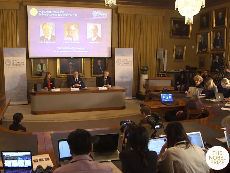 В Стокгольме объявили обладателей Нобелевской премии за исследования в области химии. Лауреатами этого года стали трое ученых - Джон Гуденаф, Стэнли Уиттингэм и Акира Ёсино