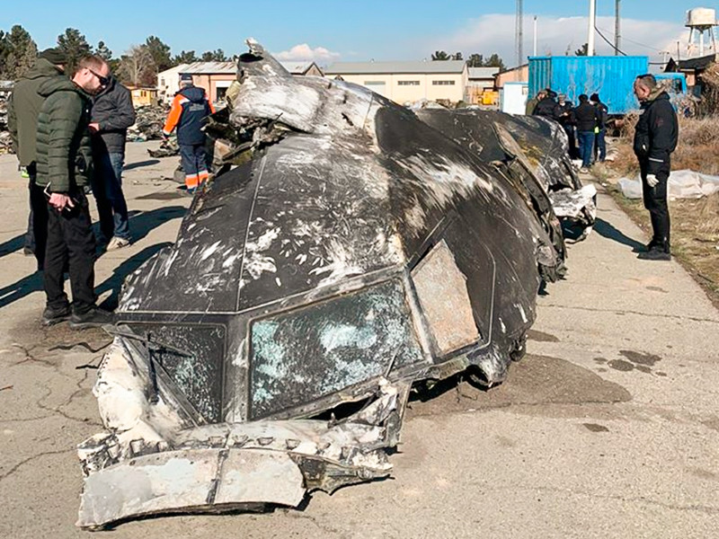 Офис президента Украины Владимира Зеленского опубликовал фотографии обломков самолета