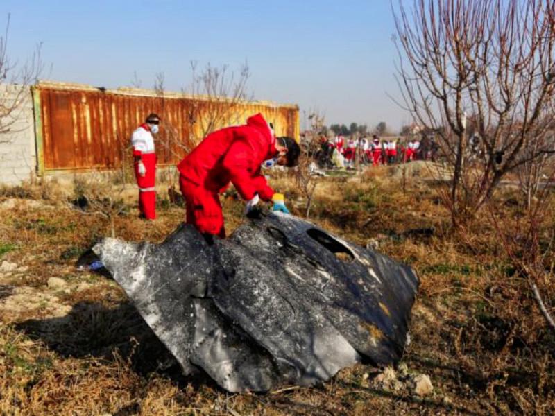"""Разбившийся в Иране самолет загорелся в воздухе и взорвался при падении"""" />"""