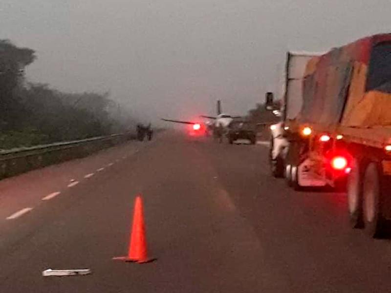 """Самолет наркомафии сел на дорогу на юге Мексики, экипаж обстрелял военных и скрылся"""" />"""