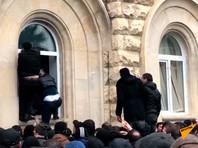 """По словам одного из участников протестов, митинг связан со стрельбой 22 ноября у ресторана """"Сан-Ремо"""" в центре Сухуми, в которой погибли три человека. Сообщалось, что одним из погибших оказался вор в законе Астамур Шамба. Также смертельные ранения получили официантка и криминальный авторитет Алхас Авидзба"""
