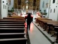 В испанском городе Сонсека провинции Толедо автомобилист протаранил двери церкви, считая, что он одержим дьяволом и только так может спастись от его преследования
