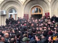 """9 января оппозиция попыталась взять штурмом администрацию президента Абхазии и вечером блокировала ее здание. Оппозиционная партия """"Айтаира"""" (""""Возрождение"""") призвала главу республики Рауля Хаджимбу уйти в отставку"""
