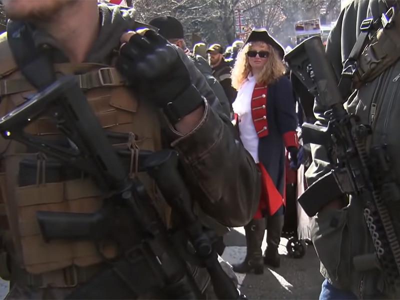"""В США участники 20-тысячного митинга вооружились, отстаивая право на ношение оружия (ФОТО, ВИДЕО)"""" />"""