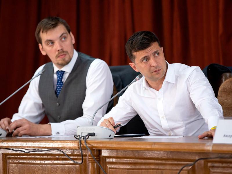 """Премьер-министр Украины написал заявление об отставке после скандала с критикой Зеленского"""" />"""