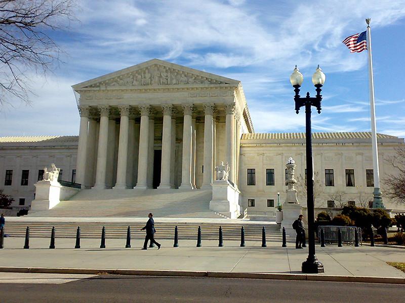 """Верховный суд США разрешил Белому дому ужесточить выдачу грин-карт предполагаемым нахлебникам"""" />"""