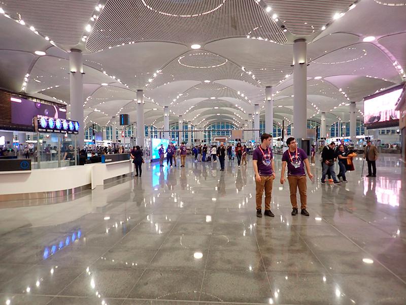 """С 1 января 2020 года в аэропорту Стамбула принимающим компаниям и агентствам, транспортным компаниям и таксистам запрещено """"ловить"""" своих клиентов на выходе из зоны таможенного контроля. Штраф за табличку с названием принимающей компании составит 320 турецких лир (48 евро)"""