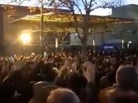 В Иране проходят протесты после признания властей страны в том, что украинский авиалайнер был сбит иранской ракетой. Как сообщает Русская служба BBC, демонстранты устроили акции в университетах в Тегеране и в ряде других городов, призывая к отставке официальных лиц, причастных к авиакатастрофе