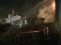 В тушении пожара, спровоцированного взрывом, принимают участие девять пожарных расчетов. Полиция оцепила место происшествия. Из-за пожара было частично прервано железнодорожное сообщение и перекрыты несколько дорог