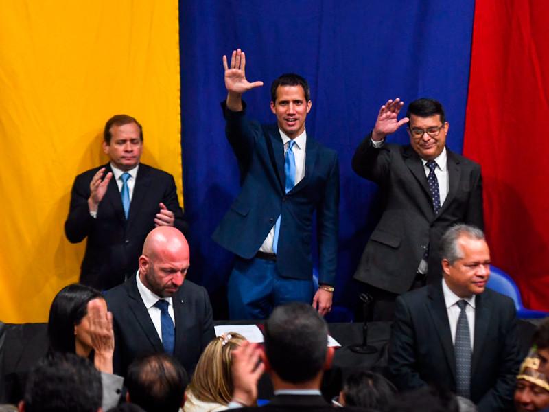 """Власти Венесуэлы назвали нового главу парламента. Оппозиция не согласилась и переизбрала Гуайдо"""" />"""