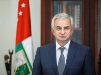 Власти Абхазии заявили, что протестующие захватили оружие в администрации президента
