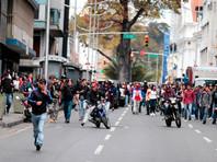 В Венесуэле депутаты от оппозиции подверглись нападению возле здания парламента