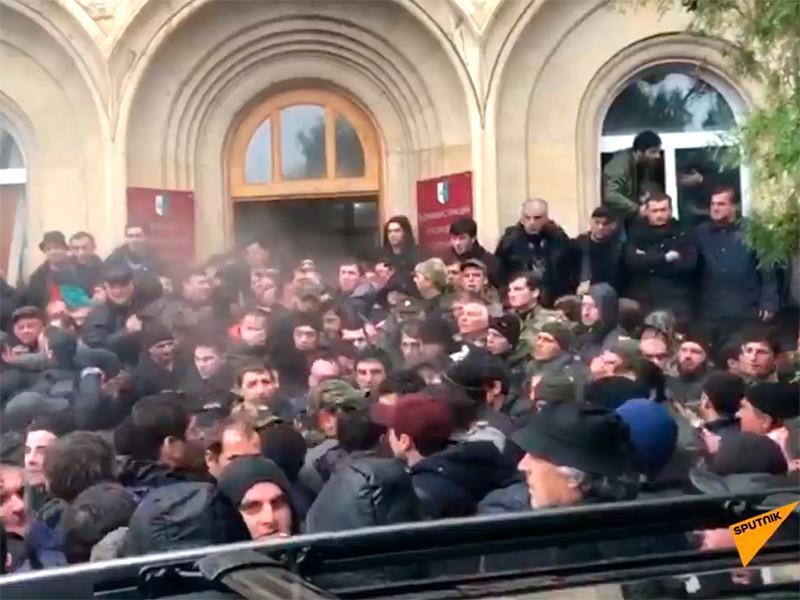 В непризнанной республике Абхазия участники акции протеста ворвались в администрацию президента Рауля Хаджимбы и требуют его отставки