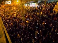 """11 января студенты стали собираться у двух тегеранских университетов. Первоначально они намеревались отдать дань памяти погибшим в авиакатастрофе, но к вечеру там начались столкновения с полицией, которая применила слезоточивый газ. Ряд иранских газет опубликовали репортажи с места демонстраций под заголовками """"Позор"""" и """"Не простим"""""""