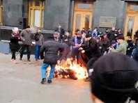 В Киеве на Банковой улице возле офиса президента Украины Владимира Зеленского мужчина поджег себя