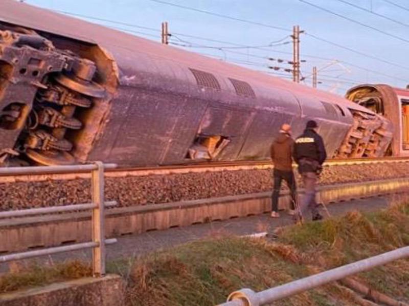 """В Италии сошел с рельсов скоростной поезд: два человека погибли, около 30 пострадали (ФОТО, ВИДЕО)"""" />"""