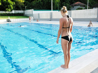 Чиновница в Индонезии заявила о риске для женщин забеременеть, плавая в бассейне с мужчинами