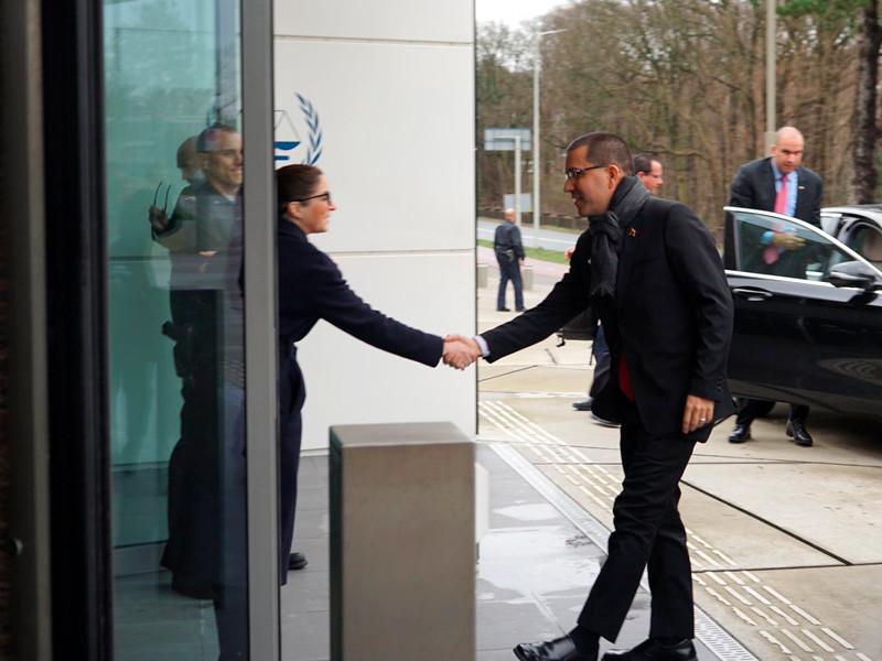 Глава МИД Венесуэлы Хорхе Арреаса в четверг прибыл в Гаагу для подачи в Международный уголовный суд жалобы на США из-за санкций в отношении южноамериканской страны