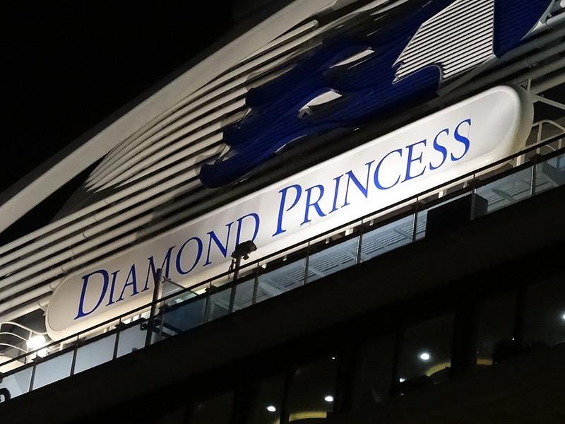 """Здоровых пассажиров начали выпускать с лайнера Diamond Princess после двух недель взаперти"""" />"""