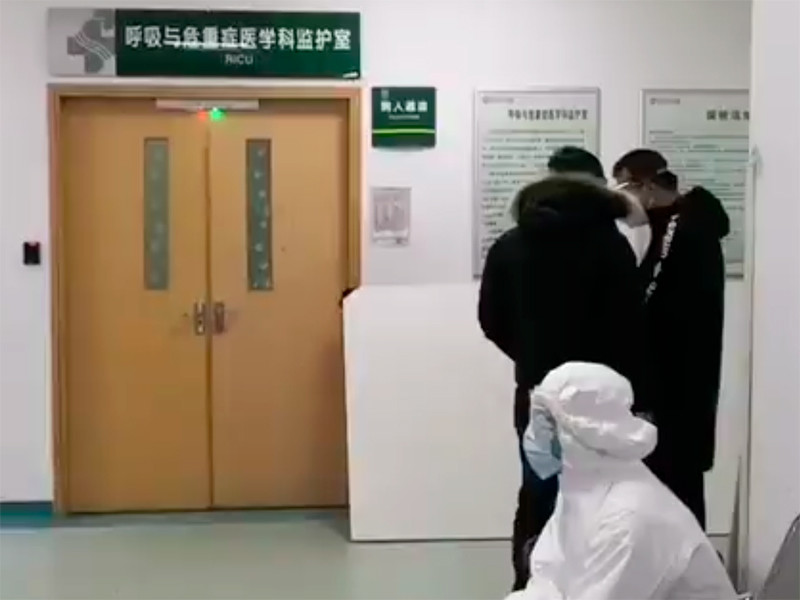 СМИ сообщили об остановке сердца у предупредившего о коронавирусе китайского врача