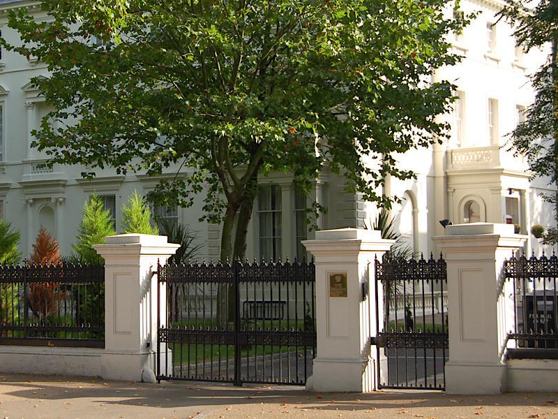 Российское посольство в Великобритании  оказалось в пятерке крупнейших должников по оплате въезда в центр Лондона. На счету российских дипломатов 48 тысяч случаев неоплаченного въезда и долг в 5,7 миллиона фунтов