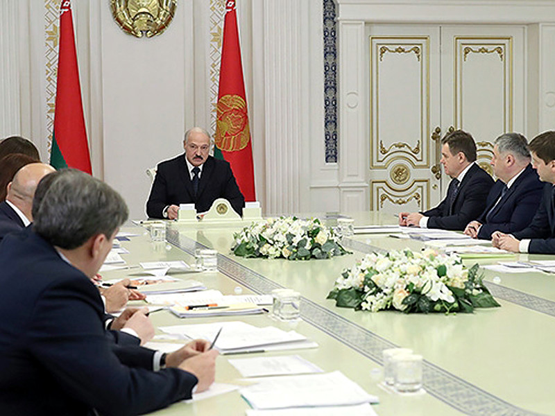 Лукашенко во вторник на совещании с руководителями государственных средств массовой информации рассказал, что недавно попросил пресс-секретаря, чтобы ему подготовили подборку последних публикаций в российских СМИ - крупных, мелких, телеграм-каналах