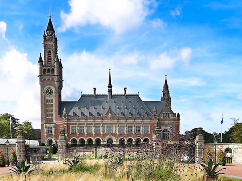 """Суд в Гааге обязал Россию выплатить бывшим акционерам ЮКОСа 50 млрд долларов"""" />"""
