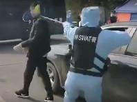 """SWAT Китая и медики отработали на КПП в Тунбай захват и нейтрализацию """"агрессивного носителя коронавируса"""" (ВИДЕО)"""