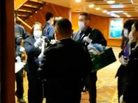 На судне введен особый режим - пассажирам рекомендовано оставаться в каютах, доставку еды и напитков туда осуществляет персонал