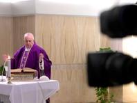 Папа римский Франциск с целью избежать распространения заболевания впервые обратился с воскресной проповедью к верующим не из Апостольского дворца, а при помощи интернет-трансляции