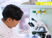 Согласно исследованию, на которое ссылается ТАСС, вирус долго остается высокостабильным при температуре около +4 градусов по Цельсию. При отсутствии дезинфекции его активность начнет снижаться только через 14 дней