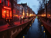 """Запрет коснулся всех предприятий малого бизнеса, действующих в сфере услуг, в том числе и """"самозанятых"""" работниц секс-услуг из знаменитого квартала Красных фонарей в Амстердаме. Проституция в Нидерландах легальна, работники секс-индустрии являются самозанятыми, исправно платят налоги"""