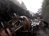 В Китае из-за оползня сошел с рельсов пассажирский поезд (ВИДЕО)