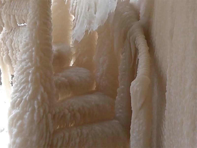 """Шторм превратил дома на берегу озера Эри в ледяные скульптуры (ФОТО, ВИДЕО)"""" />"""