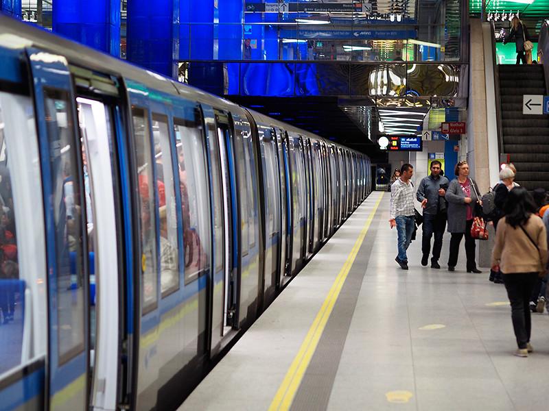 """В Мюнхене задержали мужчину, лизавшего поверхности в метро. Это такой коронавирусный челлендж (ВИДЕО)"""" />"""