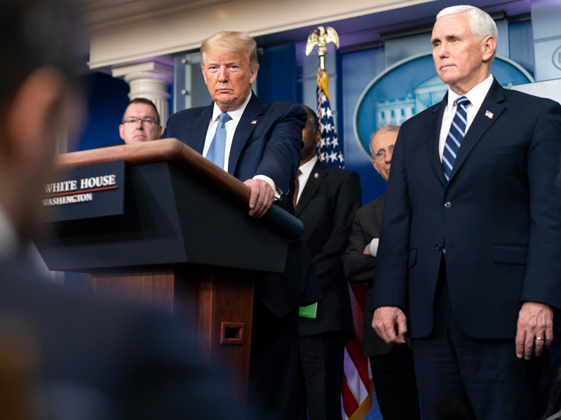 """Трамп захотел ослабить меры против коронавируса в стремлении спасти экономику"""" />"""