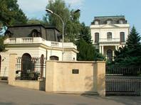 Физическое местоположение посольства не поменяется, но в официальной переписке оно будет указывать адрес консульского отдела, расположенного в том же комплексе, но на другой улице - Коруновачни (Korunovační 34)