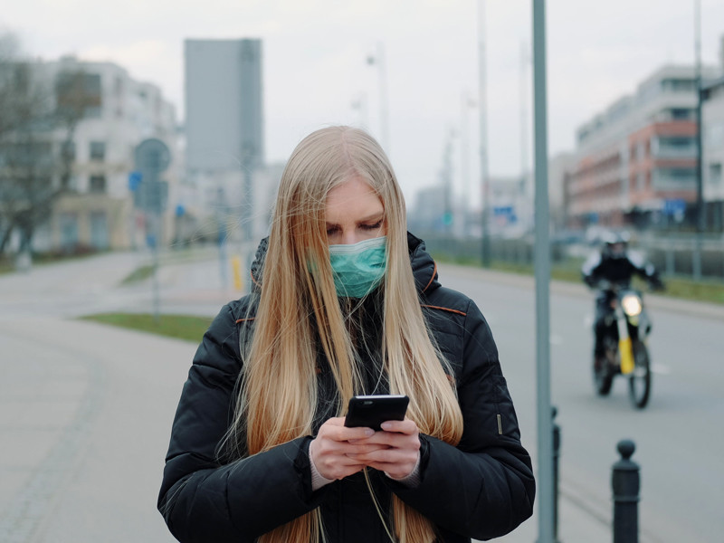 В целом ряде стран разработаны приложения для смартфонов, позволяющие следить за соблюдением карантина, а власти РФ используют уличные камеры с функцией распознавания лиц