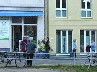 Жители Берлина соблюдают социальную дистанцию в очереди за мороженым, 27 марта 2020 года