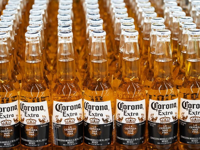 """В Мексике приостановят производство пива Corona, признав """"несущественными"""" деловые операции фирмы-производителя"""" />"""